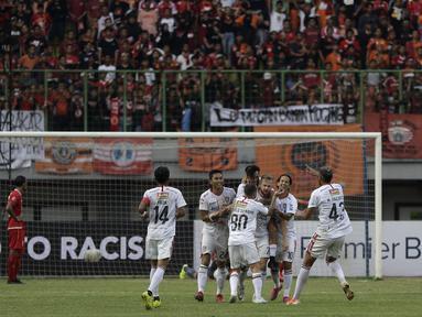 Pemain Bali United merayakan gol yang dicetak Melvin Platje ke gawang Persija Jakarta pada laga Shopee Liga 1 di Stadion Patriot Chandrabhaga, Bekasi, Kamis (19/9). Bali United menang 1-0 atas Persija. (Bola.com/Yoppy Renato)