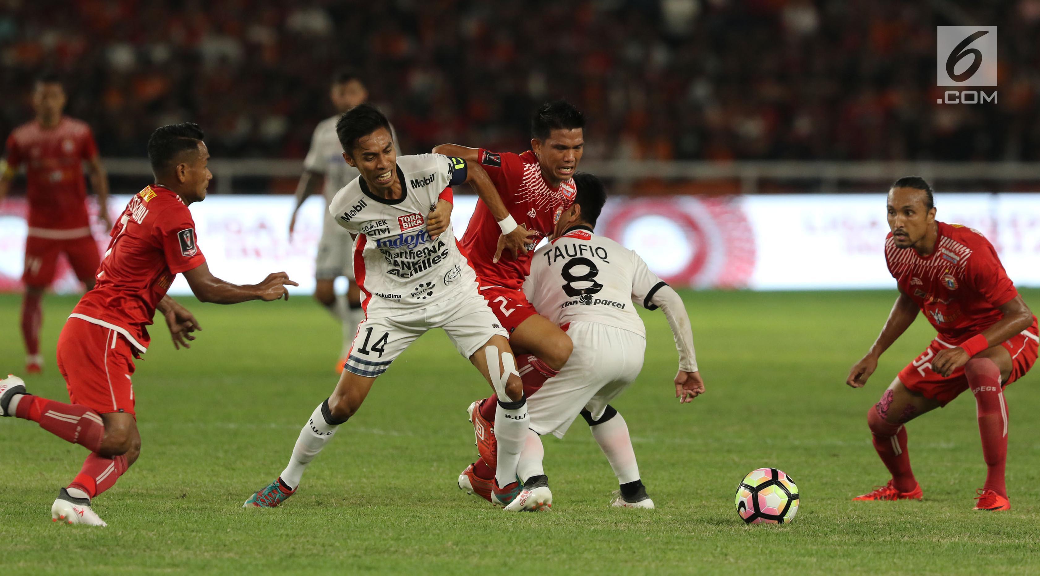 Pemain Bali United membawa bola yang dibayang-bayangi pemain Persija Jakarta pada final Piala Presiden di Stadion Utama GBK, Senayan, Jakarta, Sabtu (17/2). Persija Jakarta sementara unggul 2-0 atas Bali United. (Liputan6.com/Arya Manggala)