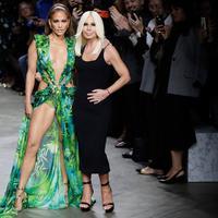 Jennifer Lopez dan desainer, Donatella Versace berpose bersama usai peragaan busana Versace untuk Spring/Summer Collection 2020 pada Milan Fashion Week 2019, Jumat (20/9/2019). J.Lo mengenakan versi baru gaun hijau ikonis yang pernah ia gunakan di Grammy Awards 20 tahun lalu. (AP/Luca Bruno)