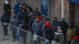 Pembeli antrean menunggu untuk memasuki toko Best Buy Inc. saat acara penjualan Black Friday di Chicago, Illinois, Kamis (28/11/2019). Selama Black Friday yang dimulai sejak tahun 1960-an, warga Amerika merayakan tradisi dengan belanja dan berburu diskon-besaran. (Kamil Krzaczynski/Getty Images/AFP)