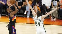 Chris Paul melepaskan tembakan saat Suns melawan Bucks di NBA Finals 2021 (AFP)