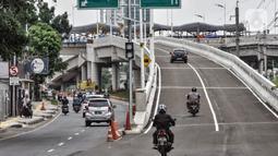 Sejumlah kendaraan melintasi melintasi jalan layang atau flyover Tanjung Barat, Jakarta, Minggu (31/1/2021). Uji coba flyover tapal kuda dilakukan selama tiga hari, mulai 31 Januari 2021 hingga 2 Februari 2021. (merdeka.com/Iqbal S. Nugroho)