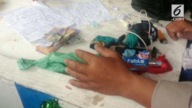 Sejumlah barang bawaan milik korban KM Sinar Bangun ditemukan petugas gabungan yang melakukan evakuasi korban. Diantaranya adalah uang yang diduga akan dibawa korban untuk berlebaran.