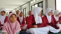 Zahira dan santri-santri Takwinul Ummah Rengasdengklok, Karawang ketika seminar pembangunan akhlak. Senin, (13/1/2020).