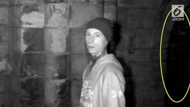Sosok misterius diduga hantu tertangkap kamera di reruntuhan biara di Maltby, Inggris. Penampakan itu ditangkap oleh sekelompok pria.