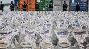 Kokain dalam jumlah besar yang disembunyikan di dalam pupuk diperlihatkan di Pelabuhan Ambarli di Istanbul, Turki, pada 6 Oktober 2020. Polisi Turki menyita 228 kilogram kokain di sebuah pelabuhan yang berada di kota terpadat di Turki, Istanbul, dan menahan sembilan tersangka. (Xinhua/Osman Orsal)