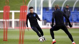 Pemain Inggris, Jadon Sancho, menggiring bola saat latihan jelang laga kualifikasi Piala Eropa di St George's Park, Selasa (19/3). Inggris akan berhadapan dengan Republik Ceko. (AP/Martin Rickett)