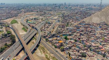 Gambar yang dirilis oleh kepresidenan Peru ini menunjukkan pemandangan udara Lima yang menerapkan lockdown selama dua minggu pada 31 Januari 2021. Peru memulai lockdown pada hari Minggu (31/1) di sembilan wilayah dan ibu kota, Lima, untuk membendung lonjakan kedua kasus Covid-19. (Cesar FAJARDO/AFP)
