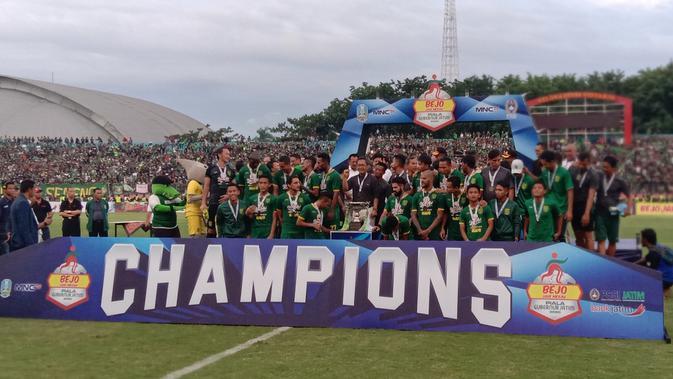 Para pemain Persebaya Surabaya merayakan gelar juara Piala Gubernur Jatim setelah menang 4-1 atas Persija Jakarta pada laga final di Stadion Gelora Delta, Sidoarjo, Kamis (20/2). (Bola.com/Aditya Wany)
