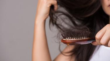 Gambar Ilustrasi Wanita Mengalami Rambut Rontok
