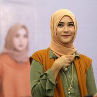 Zaskia Adya Mecca adalah salah seorang artis wanita yang memantapkan diri untuk terus berjilbab. (Nurwahyunan/Bintang.com)