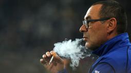 Maurizio Sarri saat masih melatih Empoli menyempatkan diri menghisap rokok sebelum laga melawan Juventus vs Empoli di Juventus Stadium pada tahun 2015 lalu. (  AFP/Marco Bertorello )
