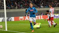 Gelandang Napoli, Piotr Zielinski melakukan selebrasi usai mencetak gol ke gawang RB Leipzig pada 32 besar Liga Europa di Red Bull Arena, (22/2). Napoli tersingkir karena kalah agresivitas gol tandang. (AP Photo / Jens Meyer)