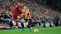 Bek sayap Liverpool, Trent Alexander-Arnold berebut bola dengan pemain Wolvehampton Wanderers, Ruben Vinagre dalam pekan ke-20 Liga Inggris 2019-2020 di Anfield, Minggu (29/12/2019). Liverpool semakin perkasa di Premier League setelah menang 1-0 atas Wolverhampton. (AP/Jon Super)