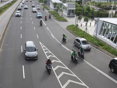 Pengendara motor melintasi kawasan Sudirman, Jakarta, Minggu (2/2/2020).  Ditlantas Polda Metro Jaya akan melakukan penindakan pelanggran E-TLE untuk sepeda motor mulai Senin (3/2), mulai hari kerja. (Liputan6.com/Herman Zakharia)
