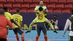 Kiper timnas Kolombia, David Ospina berselebrasi bersama rekan setimnya Yerry Mina (13) seusai mengalahkan Uruguay dalam laga perempat final Copa America 2021 di Stadion Nacional de Brasilia, Brasil, Minggu (4/7/2021) pagi WIB. Kolombia menang adu penalti 4-2 (0-0). (AP Photo/Bruna Prado)