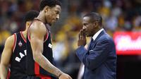 Pelatih Raptors, Dwane Casey, memberikan arahan kepada DeMar DeRozan pada Final Wilayah Timur, NBA Playoffs 2016 di Quicken Loans Arena, Cleveland,Rabu (18/5/2016) WIB. Cavs menang 115-84. (Andy Lyons/Getty Images/AFP)