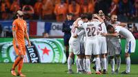 Para punggawa Ceska merayakan kemenangan atas Belanda pada laga kualifikasi Piala Eropa 2016 di Stadion Amsterdam Arena, Belanda, Rabu (14/10/2015). (AFP Photo/Emmanuel Dunand)