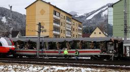 Kondisi salah satu rangkaian kereta penumpang yang terlibat tabrakan dengan kereta lainnya dekat stasiun di Niklasdorf, Austria, Senin (12/2). Kecelakaan tersebut terjadi setelah salah satu kereta menghatam sisi rangkaian kereta yang lain. (AP/Ronald Zak)