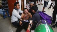 Seorang pelajar mendapat perawatan setelah terkena gas air mata dalam demonstrasi di belakang Gedung DPR, Palmerah, Jakarta, Rabu (25/9/2019). Sejumlah pelajar terluka dan sesak napas akibat gas air mata yang ditembakkan polisi. (Liputan6.com/Angga Yuniar)