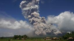 Gumpalan asap dan abu vulkanis menyembur dari kawah gunung Mayon di Camalig, selatan Manila, Senin (22/1). Otoritas Filipina langsung mengeluarkan peringatan kemungkinan letusan dahsyat akan semakin dekat. (AFP PHOTO/STR)