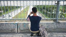 Petugas mengukur kecepatan rata-rata kendaraan dengan alat speed gun di sekitar Gerbang Tol Palimanan, Cirebon, Jawa Barat, Jumat (7/6/2019). Hal itu dilakukan setiap satu jam sekali untuk mengetahui tingkat kepadatan lalu lintas di sepanjang jalur tol Trans Jawa. (Liputan6.com/Immanuel Antonius)