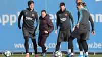 Pemain Barcelona Lionel Messi, Sergi Roberto, Antoine Griezmann dan Arturo Vidal mengikuti latihan tim di Joan Gamper Sports City di Sant Joan Despi (9/12/2019). Barcelona akan bertanding melawan wakil Italia, Inter Milan pada Grup F Liga Champions di Giuseppe Meazza. (AFP/Josep Lago)