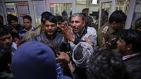 Suasana kalut terlihat pada para keluarga korban meledaknya pabrik petasan di India - AP