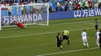 Kiper Timnas Islandia, Hannes Thor Halldorsson, saat menahan penalti kapten Argentina, Lionel Messi. Kedua tim akhirnya bermain imbang 1-1 dalam laga pertama Grup D Piala Dunia 2018. (AP Photo/Rebecca Blackwell)