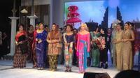 Para tokoh perempuan Indonesia yang menginspirasi tampil di catwalk saat Fashion & Cultural Festival 2019. (Liputan6.com/Putu Elmira)