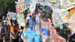 """Detail karya instalasi """"monster plastik"""" dalam pawai bebas plastik di Taman Aspirasi Monas, Jakarta, Minggu (21/7/2019). Monster plastik menyerupai ikan Angler Fish setinggi 4 meter itu sebagai bentuk bahaya atau dampak buruk penggunaan kantong plastik sekali pakai. (merdeka.com/Iqbal S Nugroho)"""