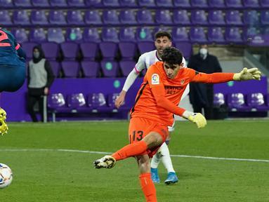 Kiper Sevilla, Yassine Bounou Bono melepaskan tendangan yang berbuah gol penyeimbang 1-1 ke gawang Real Valladolid dalam laga lanjutan Liga Spanyol 2020/2021 pekan ke-28 di Jose Zorrilla Stadium, Valladolid, Sabtu (20/3/2021). Sevilla bermain imbang 1-1 dengan Valladolid. (AFP/Cesar Manso)