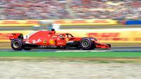 Pebalap Ferrari, Sebastian Vettel saat mengendarai mobilnya dalam saat sesi kualifikasi F1 GP di Sirkuit Hockenheim, Jerman, Sabtu (21/7). (AP Photo/Jens Meyer)