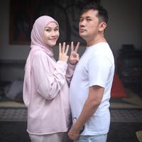 Kebahagiaan tengah dirasakan Zaskia Adya Mecca dan Hanung Bramantyo. Siapa sangka kalau keduanya kini tengah menanti kelahiran anak kelimanya. Rabu (27/5/2020), Zaskia baru mengumumkannya di akun Instagram. (Instagram/zaskiadymecca)
