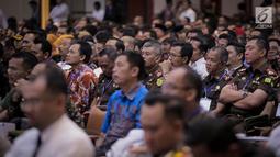 Sejumlah pekerja saat mendengarkan arahan Menko Polhukam Wiranto dalam Rakornas Bidang Kewaspadaan Nasional di Jakarta, Rabu (27/3). Rakornas tersebut berlangsung dalam rangka pemantapan penyelenggaraan Pemilu 2019. (Liputan6.com/Faizal Fanani)