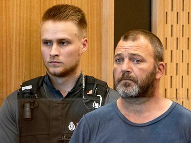 Terduga penyebar video serangan Masjid Al Noor, Philip Arps (kanan) menjalani persidangan di Pengadilan Distrik Christchurch, Selandia Baru, Rabu (20/3). Arps terancam hukuman maksimal 14 tahun penjara. (Mark Mitchell/Pool Photo via AP)