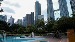 Sebuah kolam publik ditutup karena kekhawatiran penyebaran virus corona COVID-19 di Kuala Lumpur, Malaysia, Senin (16/3/2020). Malaysia memberlakukan lockdown nasional dimulai pada 18 Maret hingga 31 Maret 2020. (Syaiful REDZUAN/AFP)