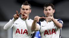 Pemain Tottenham Hotspur, Gareth Bale dan Ben Davies merayakan gol ketiga timnya ke gawang Wolfsberger di leg kedua 32 besar Liga Europa di Tottenham Stadium, Kamis (25/2/2021).  Gareth Bale cetak gol lagi, tiga gol lainnya dicetak Carlos Vinicius dua gol dan Delle Alli. (Julian Finney/Pool via AP)