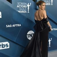 Aktris dan penyanyi Jennifer Lopez menghadiri ajang SAG Awards 2020 ke-26 di Shrine Auditorium Los Angeles, Minggu (19/1/2020). JLo dinominasikan untuk kategori Outstanding Performance by a Female Actor in a Supporting Role untuk perannya dalam drama Hustlers. (Jordan Strauss/Invision/AP)