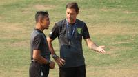 Asisten pelatih Persebaya Surabaya, Wolfgang Pikal dan Bejo Sugiantoro. (Bola.com/Aditya Wany)
