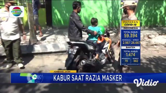 Para pengendara motor memilih kabur, saat terjadi razia masker yang dilakukan petugas Satpol PP Jombang di Alun-alun Jombang, Jawa Timur, pada Rabu siang. Bahkan sejumlah warga nekat tancap gas, karena menolak diamankan.