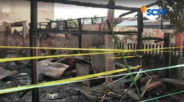 Kebakaran yang menewaskan enam jiwa dalam satu keluarga di Jalan Merdeka Dua, Kecamatan Sungai Pinang, Samarinda. Warga penasaran ingin melihat lebih dekat empat rumah yang terbakar.