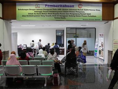 Spanduk besar pemberitahuan Ransomware WannaCrypt atau WannaCry terpampang di ruang tunggu RS Kanker Dharmais, Jakarta, Senin (15/5). Imbas serangan ransomware WannaCrypt mengakibatkan  pelayanan kepada pasien terganggu. (Liputan6.com/Faizal Fanani)