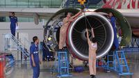 Teknisi tengah melakukan perbaikan pesawat di Hanggar 4 GMF, Tangerang, Jumat (6/11/2015). Untuk mendukung operasional hanggar tersebut dibutuhkan setidaknya ratusan teknisi hingga akhir tahun.(Liputan6.com/Angga Yuniar)
