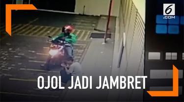 Seorang ojek online nyambi jadi jambret dan mengambil ponsel milik seorang pria. Aksi pelaku terekam kamera CCTV.