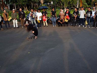 Jaringan Solideritas Korban untuk Keadilan (JSKK) melakukan aksi Kamisan ke-583 di Jakarta, Kamis (25/4). Aksi Kamisan yang diikuti berbagai LSM, Aktivis, Masyarakat peduli HAM, Mahasiswa menuntut agar menyelesaikan berbagai permasalahan kasus pelanggaran HAM. (Liputan6.com/Johan Tallo)