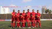 Para pemain Timnas Indonesia U-22 foto bersama sebelum melawan Malaysia U-22 pada laga Piala AFF U-22 2019 di Stadion National Olympic, Phnom Penh, Selasa (20/2). Kedua negara bermain imbang 2-2. (Bola.com/Zulfirdaus Harahap)