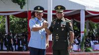 Jenderal TNI Gatot Nurmantyo dan Marsekal TNI Hadi Tjahjanto melakukan salam komando usai upacara serah terima jabatan Panglima TNI di Mabes TNI Cilangkap, Sabtu (9/12). Hadi Tjahjanto resmi menggantikan Gatot Nurmantyo. (Liputan6.com/Faizal Fanani)