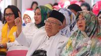 Cawapres nomor urut 1 Ma'ruf Amin didampingi istri, Wuri Estu Handayani mengangkat jari telunjuk saat menghadiri deklarasi dukungan dari Perempuan Indonesia untuk Joko Widodo-KH Ma'ruf Amin (P-IJMA) di Jakarta, Sabtu (22/9). (Liputan6.com/Herman Zakharia)