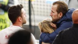 Dengan jiwa kesatrianya, Kane yang berada di samping sang istri mencoba menghiburnya. Penyerang berusia 27 tahun ini terlihat memeluk sang istri yang begitu terpukul melihat kekalahan Timnas Inggris. (Foto:AP/John Sibley, Pool)